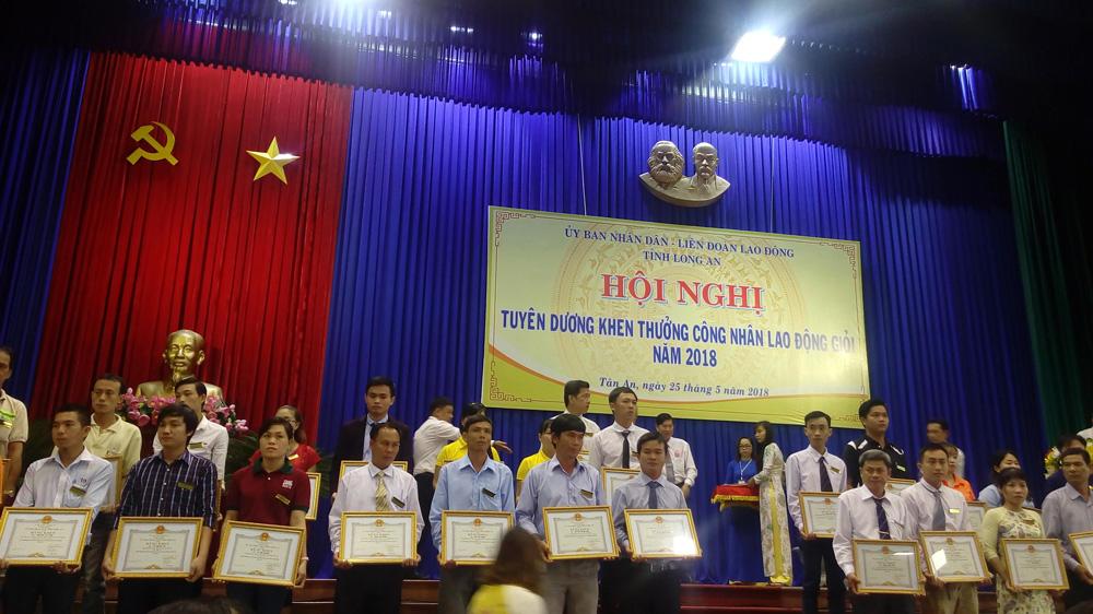 Tuyên dương khen thưởng CNLĐ giỏi - Trần Tấn Tài và Nguyễn Hữu Nghĩa  (Cavat xám ở giữa)