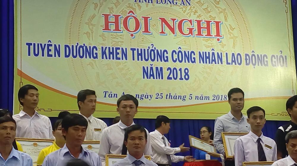 Tuyên dương khen thưởng CNLĐ giỏi - Trần Tấn Tài và Nguyễn Hữu Nghĩa(Cavat xám ở giữa)