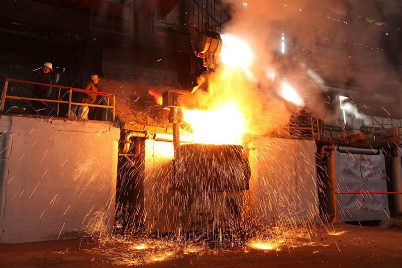 Nấu chảy nguyên liệu trong lò hồ quang điện (EAF - Electric Arc Furnace)