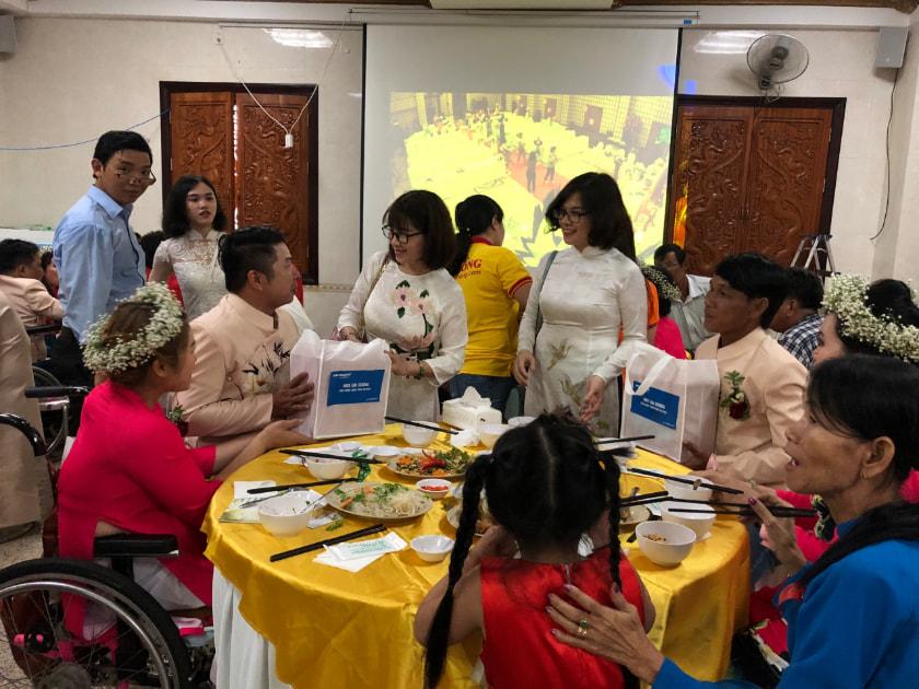 bà Lại Thị Thắm tặng quà cho các cặp đôi khuyết tật