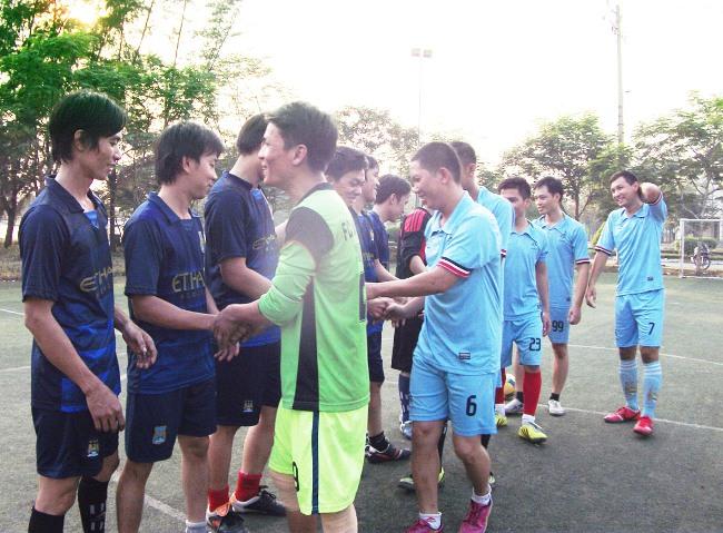 2 Đội cùng cổ động viên trước trận đấu