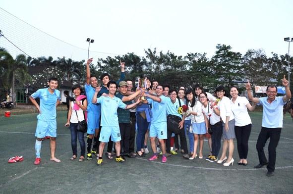Liên quân Văn phòng - QC ăn mừng chiến thắng cùng cổ động viên
