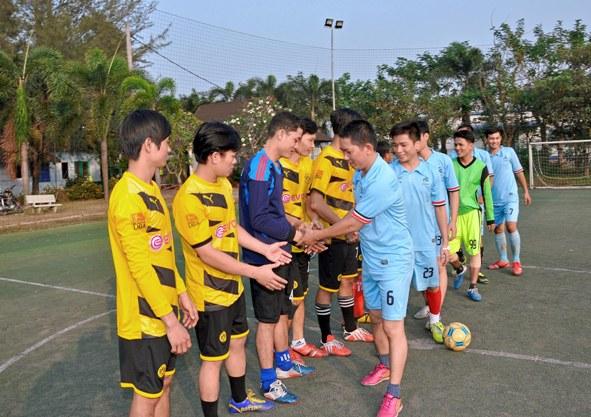 Hai đội bắt tay nhau khi trận đấu bắt đầu.