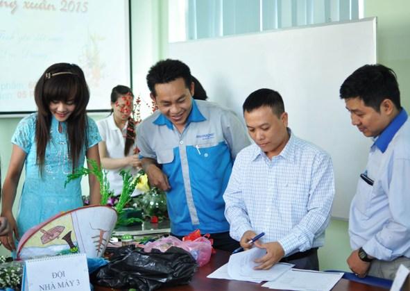 Ông: Quang Huy (Giữa) đang chấm điểm phần chuẩn bị của các đội
