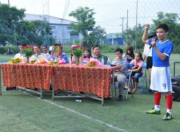 VĐV – Hà Văn Duy, vua phá lưới giải bóng đá truyền thống Inox Đại Dương 2014. Đại diện cho hàng trăm VĐV tuyên thệ: