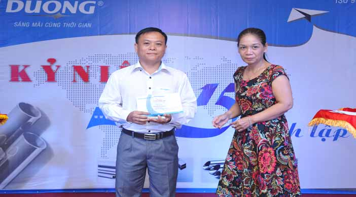 Ông Mai Quang Huy – Phó TGĐ quản trị sản xuất nhận kỷ niệm chương từ bà Phạm Thị Thu Hường - Thành viên Hội Đồng Quản Trị.