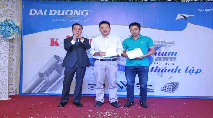 Ông Phạm Quang Minh- TGĐ Đại Dương OSS trao kỷ niệm chương và quà cho CBCNV có thâm niên.