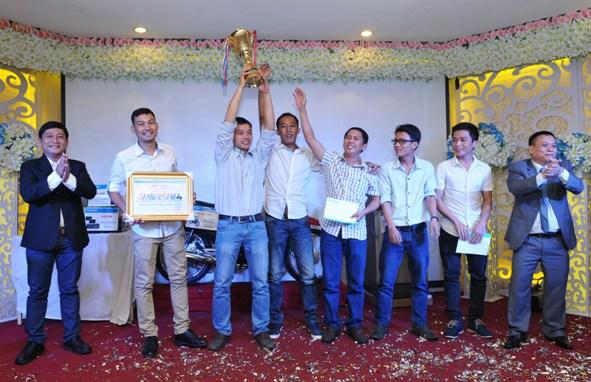 Các đội được trao tặng bằng khen và Cup