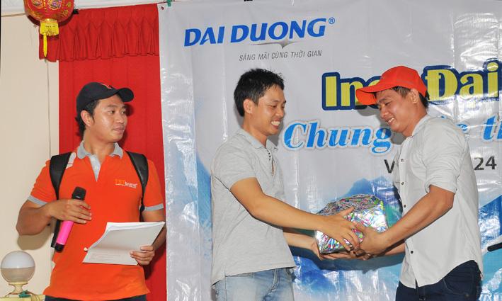 Ban tổ chức trao quà cho các đội dành chiến thắng