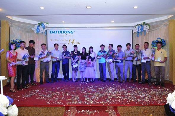 Ban Tổng giám đốc trao hoa và Kỷ niệm chương cho CB CNV thâm niên