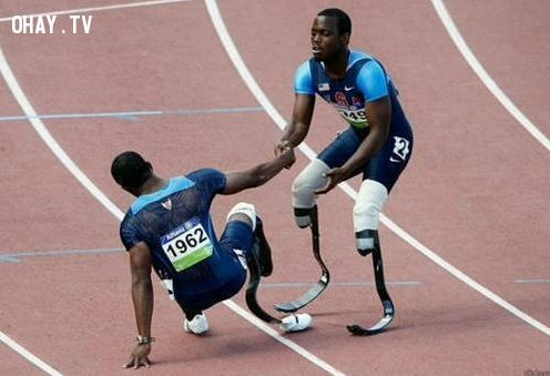 2. Hãy nhớ kỹ một điều: Bạn chỉ cúi đầu trước người khác một khi bạn muốn kéo họ lên. Cứ ngẩng cao đầu mà sống, kiêu hãnh của bạn, đừng bao giờ đánh mất nó.