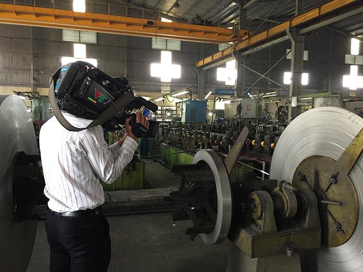 Phóng viên đang ghi hình lại các công đoạn sản xuất trong Nhà máy sản xuất