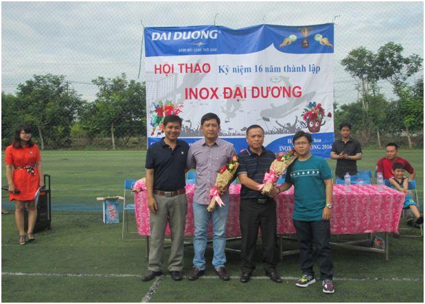 Đại diện Ban lãnh đạo Công đoàn tặng hoa cho Ban TGĐ Công ty