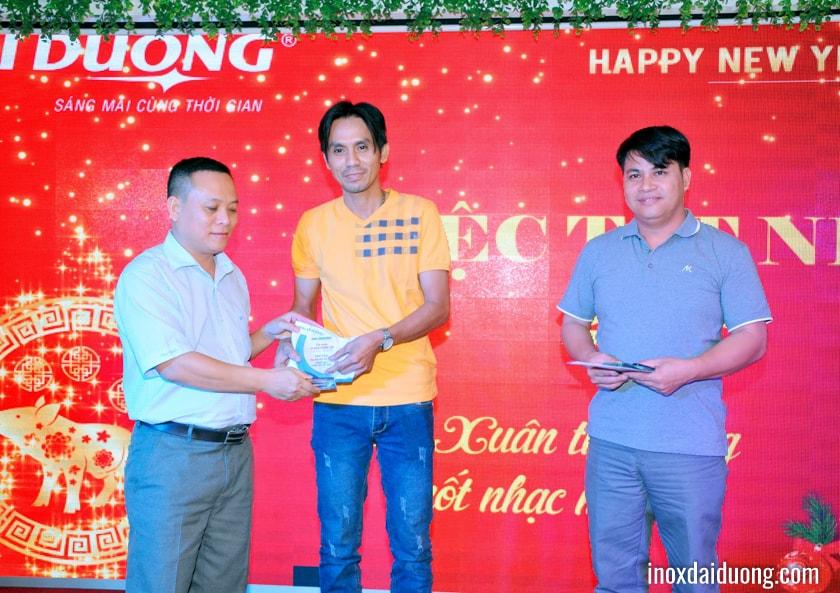 Ông Mai Quang Huy - Phó Tổng Giám đốc, lên trao kỷ niệm chương và phần thưởng cống hiến cho CBCNV có thâm niên 10 năm công tác.
