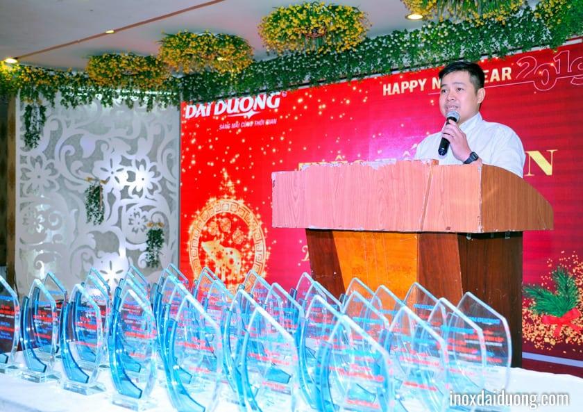 Để đáp lại tình cảm của Ban Lãnh đạo công ty, Ông HUỲNH VĂN THỌ - Phó Chủ tịch Công đoàn - lên có đôi lời cảm ơn và thay mặt tập thể CBCNV Inox Đại Dương chúc tết Ban Lãnh đạo.