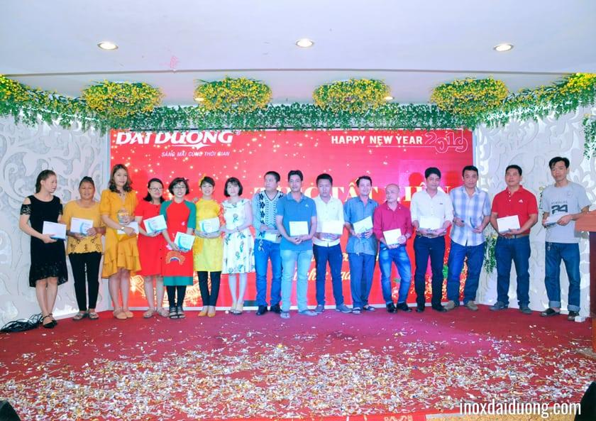 Bà Phạm Thị Thu Hường - Thành viên HĐQT và Bà Lại Thị Thắm - Giám đốc Công ty TNHH SX - TM Đại Dương, trao kỷ niệm chương và phần thưởng cống hiến cho CBCNV có thâm niên 5 năm công tác.