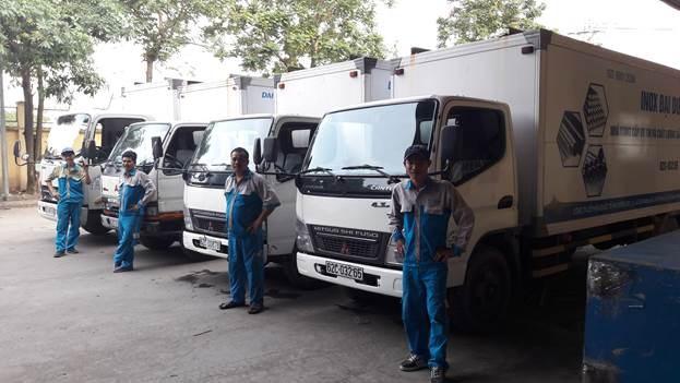 Đội xe tải giao hàng ống Inox Đại Dương