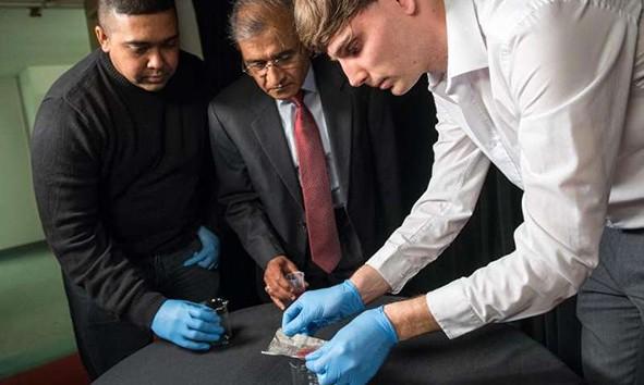Giáo sư Bhushan (ở giữa) và cộng sự đang chứng minh công nghệ mà họ phát triển