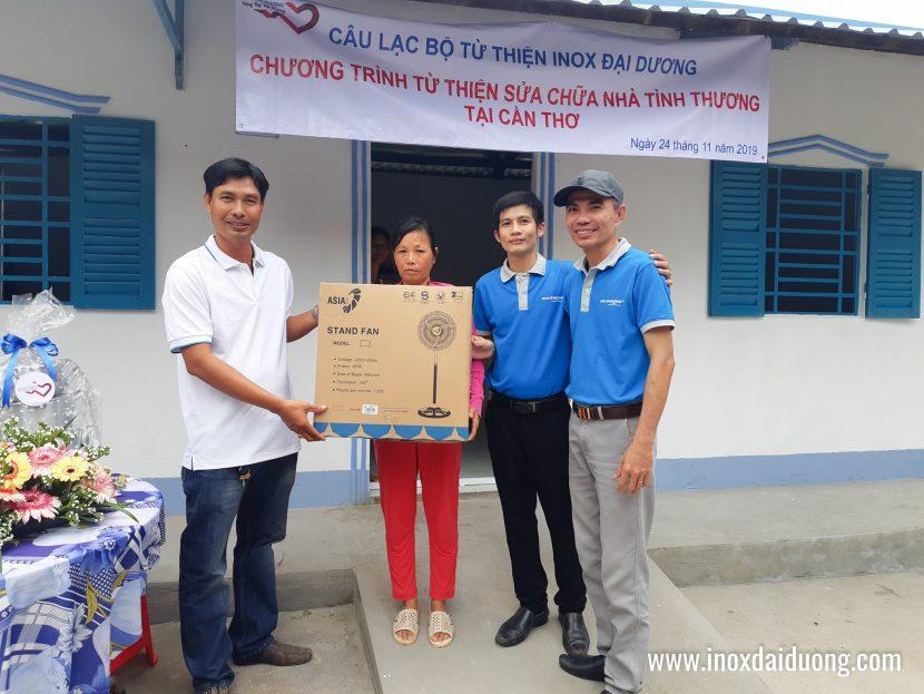 Anh Phương đồng hành cùng CLB trao phần quà cá nhân của anh cho GĐ chị Út