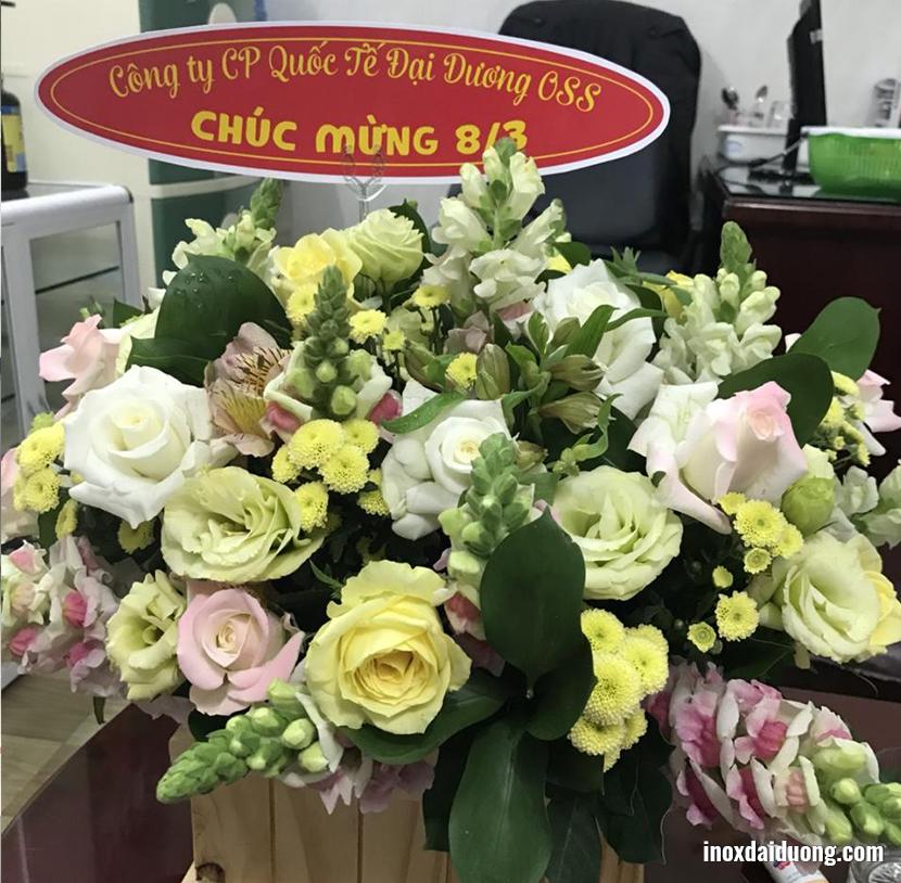 Hình ảnh những giỏ hoa và bánh kem được gửi tới các nữ khách hàng trên cả nước: