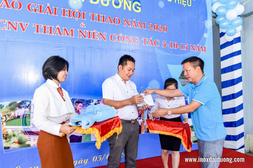 Ông PHẠM QUANG MINH - Chủ tịch Hội đồng Quản trị, kiêm TGĐ Công ty, trao kỷ niệm chương và phần thưởng cống hiến cho Ông MAI QUANG HUY - Phó TGĐ, có thâm niên công tác 10 năm và Ông Hồ Văn Hải có thâm niên 15 năm công tác