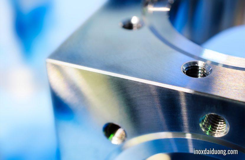 Độ bóng bề mặt là mức độ bằng phẳng của bề mặt vật liệu sau khi qua các bước xử lý gia công như cắt gọt, tiện, phay CNC