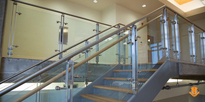 Cầu thang Inox kết hợp với tay vịn bằng gỗ